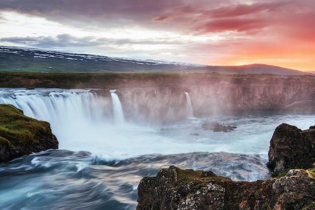 Der malerische sonnenuntergang über landschaften und wasserfällen. kirkjufell berg, island