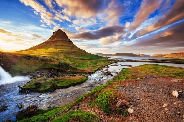 Der malerische sonnenuntergang über landschaften und wasserfällen.