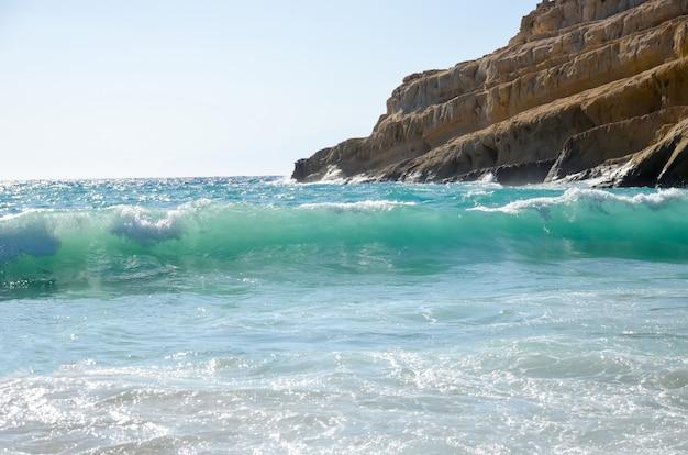 Der malerische strand von matala griechenland, kreta