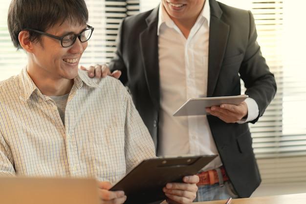 Der manager förderte mitarbeiter der bewunderung im büro, die den arbeitsplan des zielunternehmens ausführen können