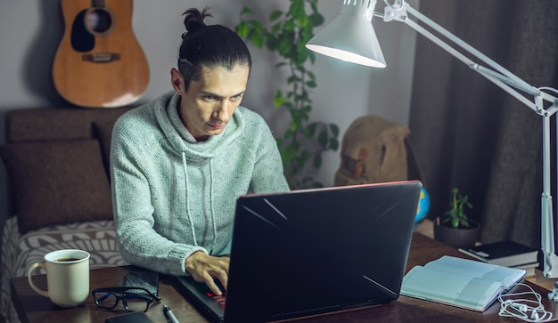 Der mann arbeitet mit einem laptop aus der ferne