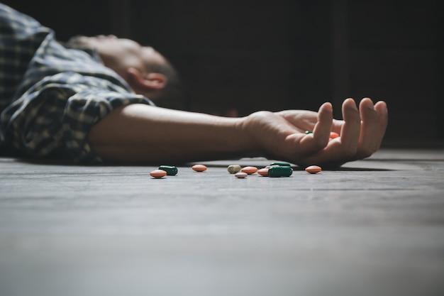 Der mann begeht selbstmord durch überdosierung von medikamenten. nahaufnahme von überdosis-pillen