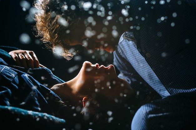 Der mann beugte sich über das gesicht des mädchens, um sie zu küssen