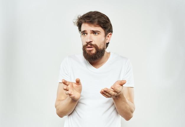Der mann blickt verwirrt auf ein licht von emotionen