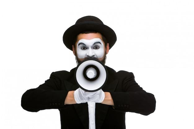 Der mann, der megaphon hält, machen laute geräusche
