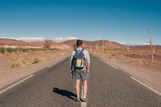 Der mann, der sich entschloss per per anhalter zu reisen