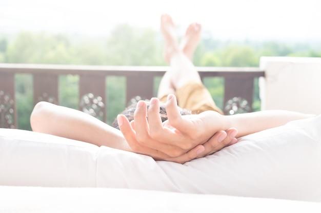 Der mann entspannt sich in seinem stuhl und genießt den blick von der terrasse