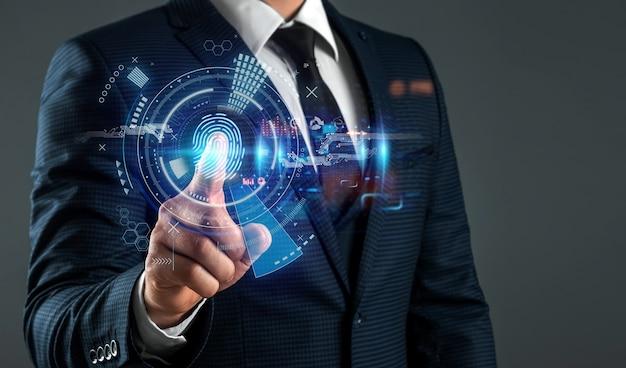Der mann erhält zugang zu den persönlichen informationen der hologramme mit fingerabdruckidentifikation. moderne technologien, cloud-datenspeicherung.