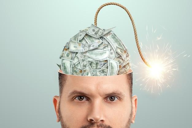 Der mann hat eine dollarbombe im kopf, die bald explodieren wird. finanzkrise fürchten konzept, konkurs, ersparnisse, schreck, kredit, schulden.