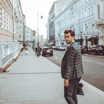 Der Mann im Anzug geht