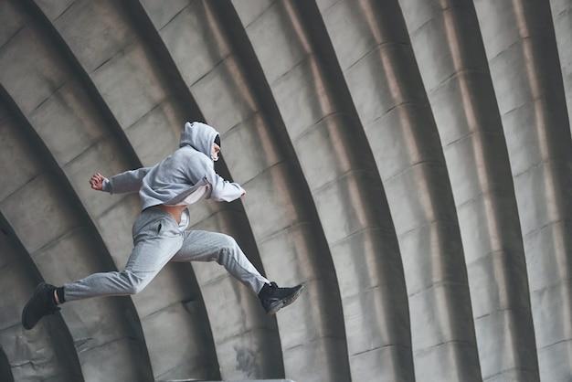 Der mann im freien übt parkour, extreme akrobatik.