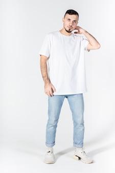 Der mann im t-shirt