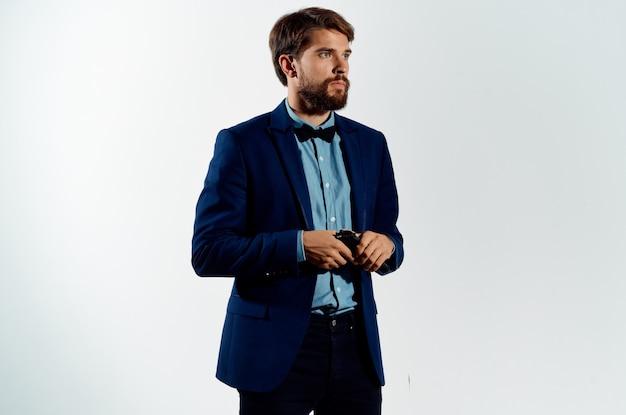 Der mann in einem anzug-geheimagent mit einer waffe in den händen eines studio für verbrechenspose