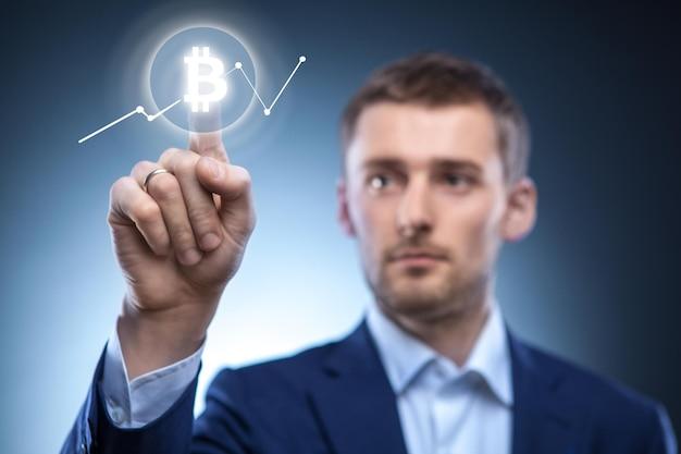 Der mann klickt auf das bitcoin-symbol