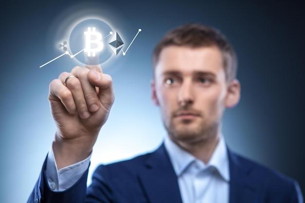 Der mann klickt auf das symbol bitcoin auf dem virtuellen bildschirm