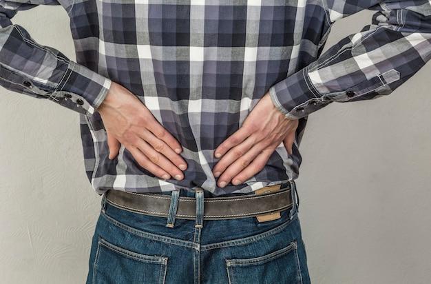 Der mann leidet an rückenschmerzen. probleme mit den nieren.