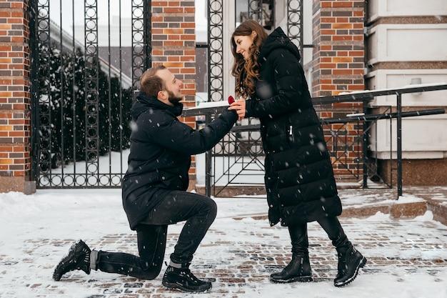 Der mann macht seiner freundin einen heiratsantrag