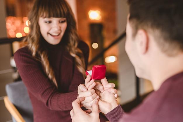 Der mann macht seiner glücklichen freundin einen heiratsantrag