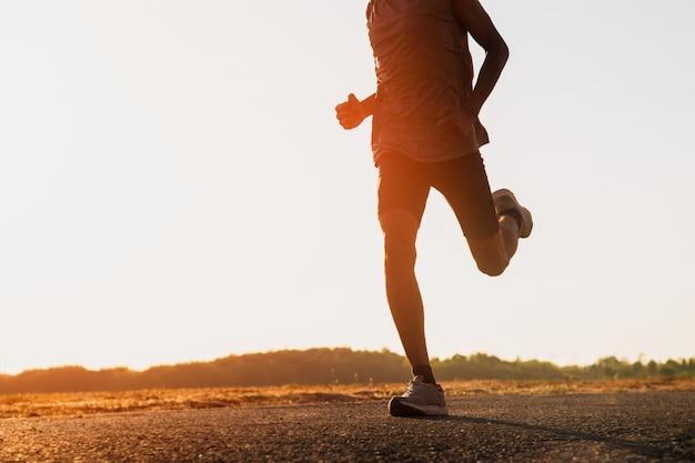 Der mann mit dem läufer auf der straße rennt zur übung.