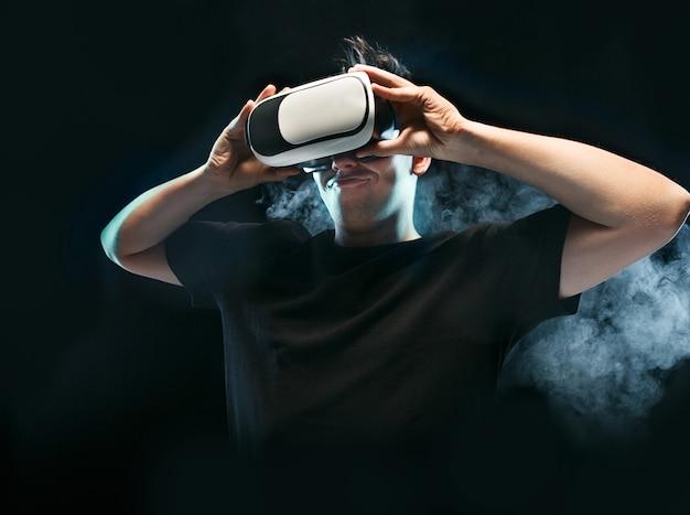 Der mann mit der brille der virtuellen realität