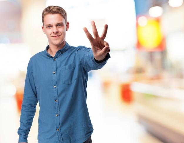 Der mann mit drei fingern angehoben