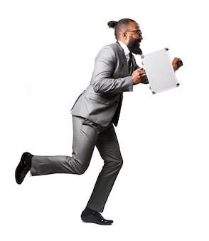 Der mann mit einem koffer läuft