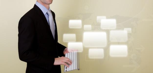 Der mann mit einem laptop und graue quadrate