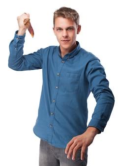 Der mann mit einem messer in der hand