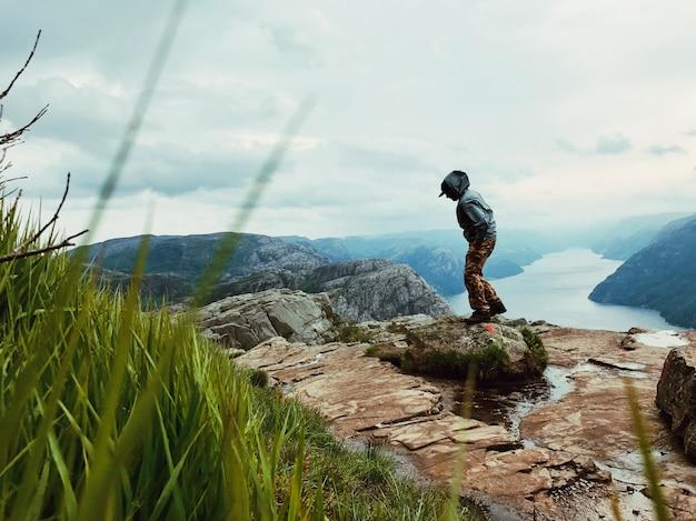 Der mann mit einem rucksack bewundert herrliche berglandschaft