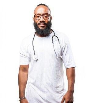 Der mann mit einem stethoskop