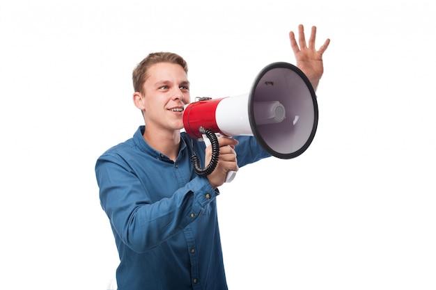 Der mann mit erhobener hand und einem megaphon
