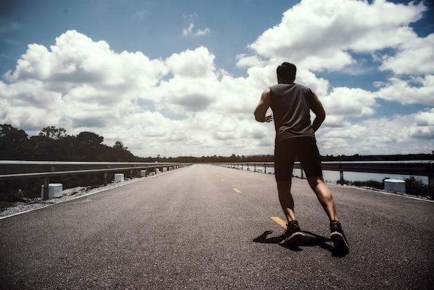 Der mann mit läufer auf der straße