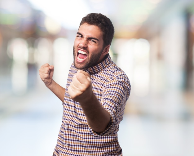 Der mann mit verärgertem gesicht anfangen zu kämpfen