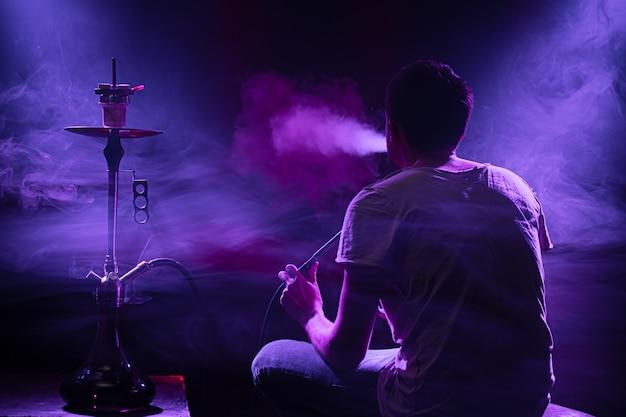 Der mann raucht die klassische shisha