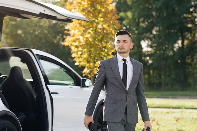 Der mann steigt aus dem auto