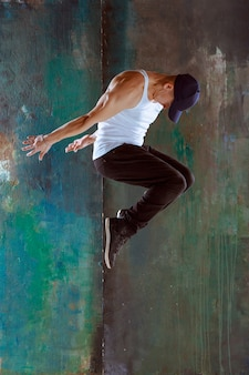 Der mann tanzt hip hop choreografie