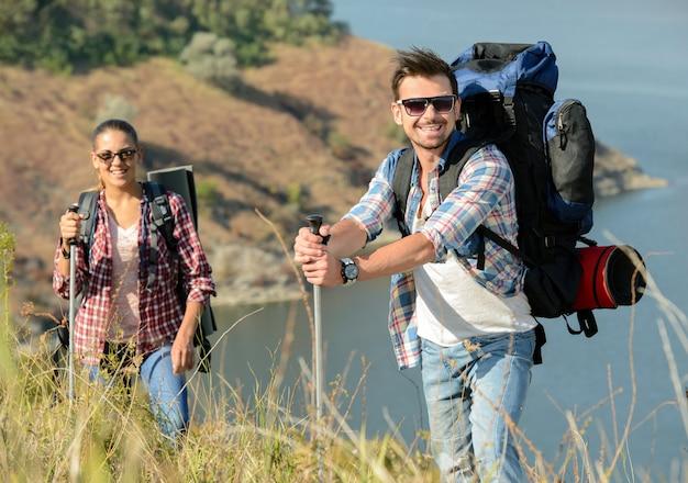 Der mann und das mädchen in den bergen unterwegs.