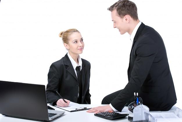 Der mann und das mädchen kommunizieren über arbeitsprozesse.