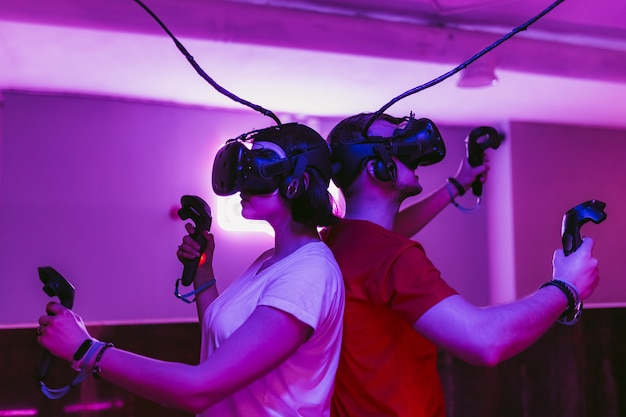 Der mann und das mädchen spielen virtual-reality-spiele