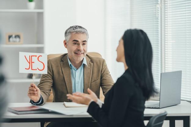 Der mann und die frau interviewen im büro