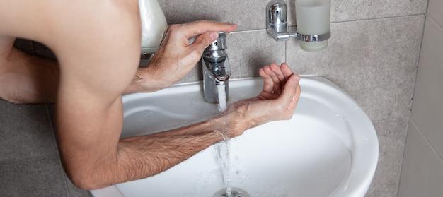 Der mann wäscht sich im badezimmer