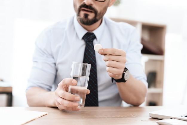 Der mann wird fertig, medizin zu trinken.