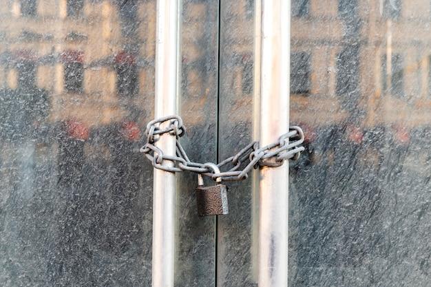 Der markt für lockdown-shops wurde wegen einer mit einer kette verschlossenen coronavirus-pandemietür geschlossen