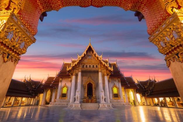 Der marmortempel von thailand, wat benchamabophit mit dämmerungshimmel, bangkok, thailand.