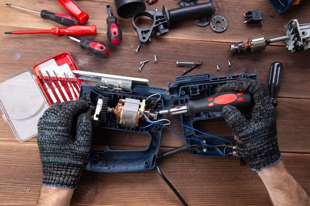 Der master repariert ein defektes elektrisches gerät