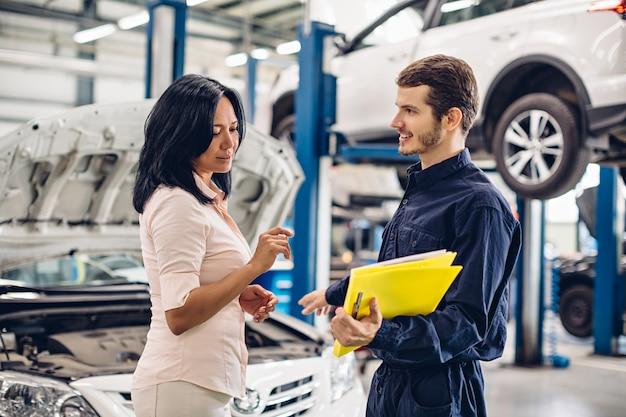 Der mechaniker kommuniziert mit dem kunden