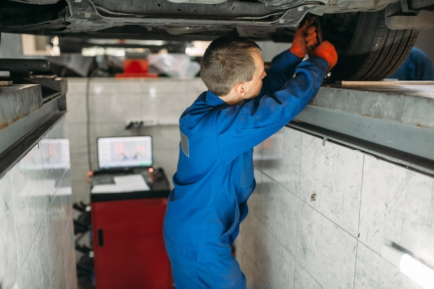 Der mechaniker stellt die radwinkel am ständer ein