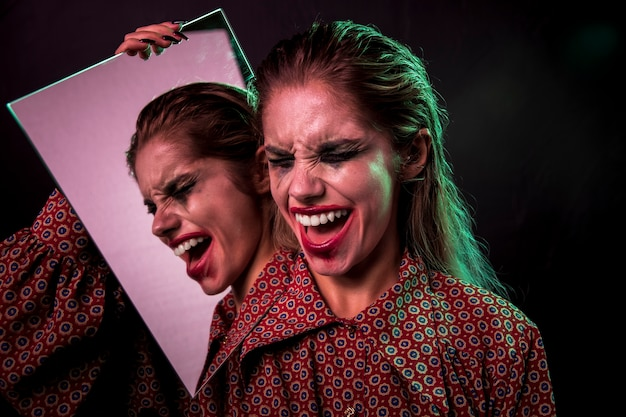 Der mehrfache spiegeleffekt der frau lachend mit augen schloss