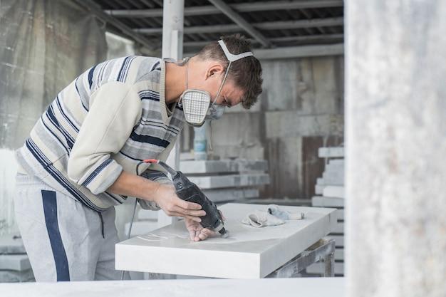 Der meister graviert den grabstein. steinverarbeitung