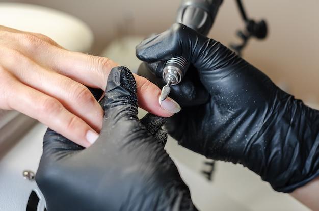 Der meister macht hardware-maniküre im schönheitssalon